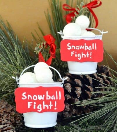 Looking for an easy ornament craft for kids? This snowball fight ornament is fun and easy to make, and a cute homemade addition to your Christmas tree.