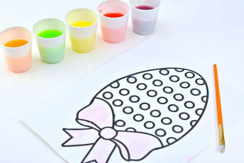 Looking for a fun Easter kids activity?! How about making 2-ingredient watercolor paint with Skittles candies?! See how to make skittles paints and download a free printable Easter egg coloring page.