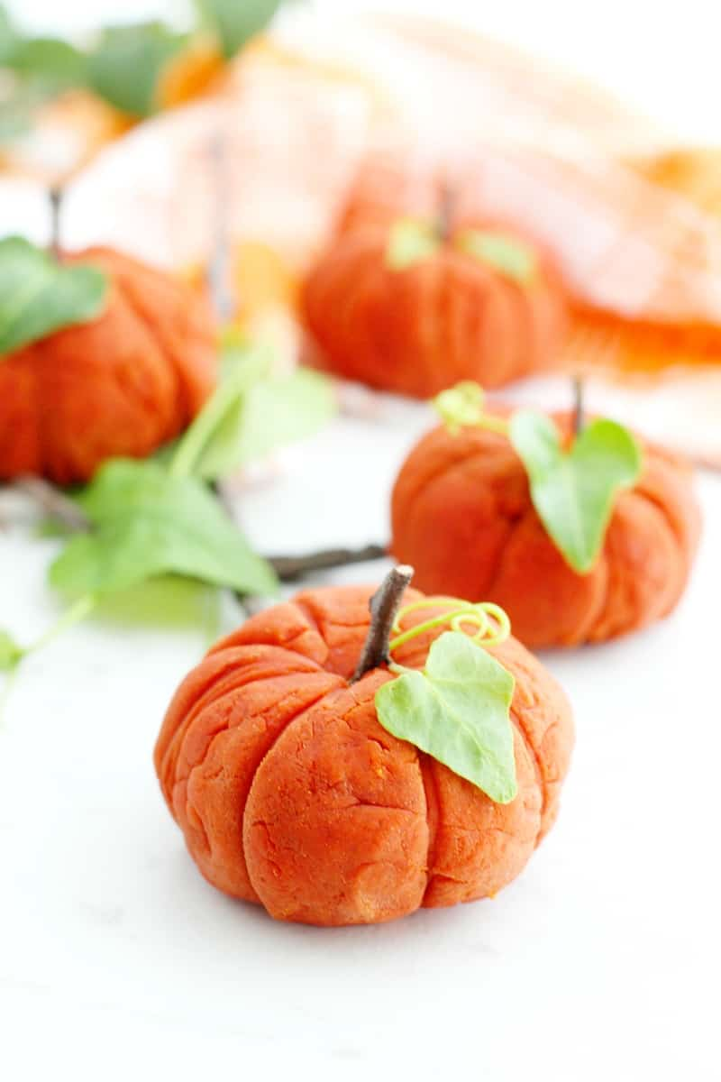 Enjoy Fall sensory play with the little ones with this taste-safe pumpkin spice playdough recipe made with non-toxic ingredients.